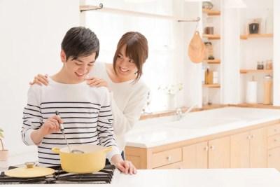 一緒に食事を作る夫婦