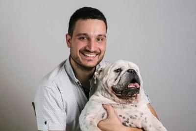 犬を抱く男性