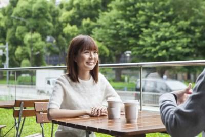 彼氏候補と話をする女性