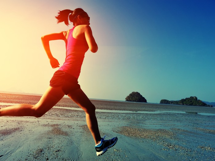 走る若い女性