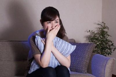 恋愛映画を泣きながら鑑賞する女性