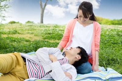 男性に膝枕をさせてあげる世話好きな女性