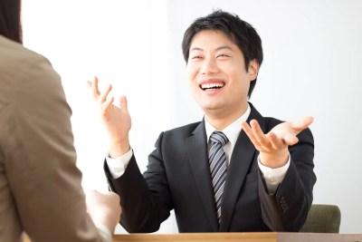 笑顔で話をする男性