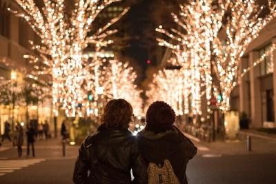 クリスマスのイルミネーションを楽しむカップル