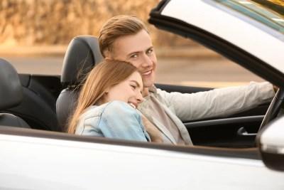 ドライブデートでいいムードになっている男女