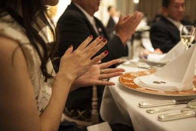 結婚式に参加する男女