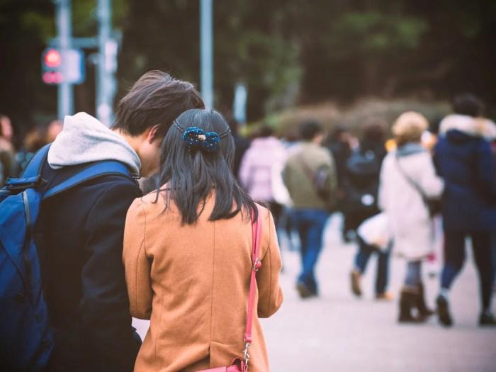 デートで行く場所を相談するカップル