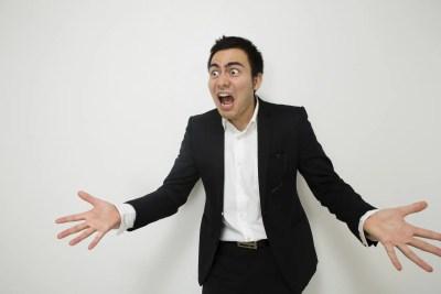 怒り、説教するビジネスマン