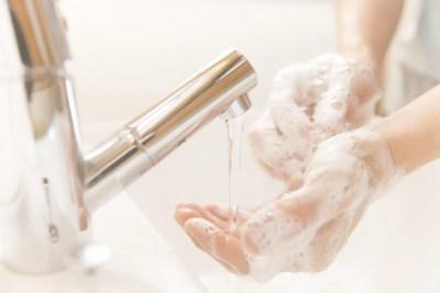 風邪の予防に手洗いをする人