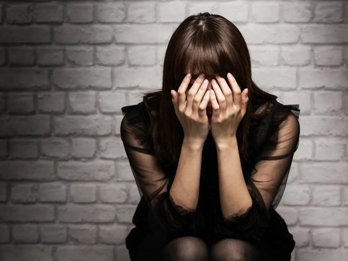辛い失恋に悲しむ女性