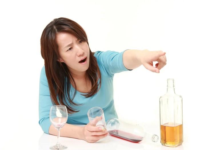 酒癖の悪い男っぽい女性