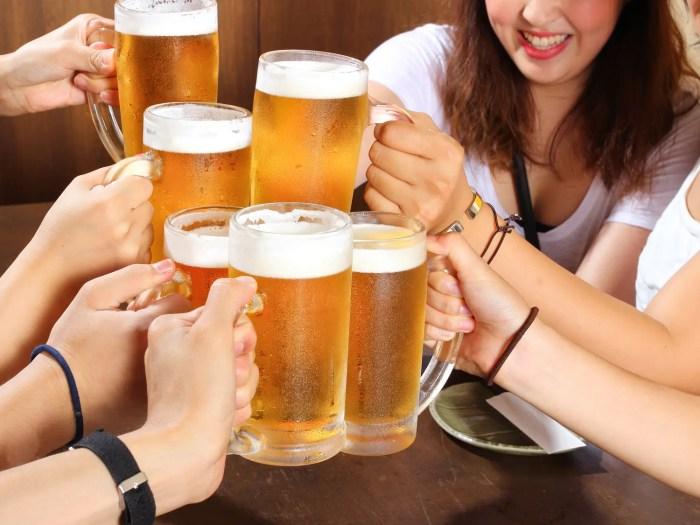 会社の飲み会で乾杯する人達
