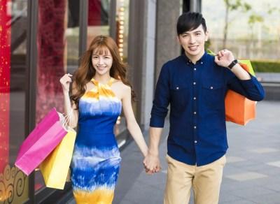 ショッピングデートを楽しむカップル