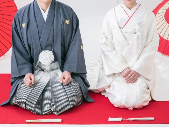 和装を着た結婚式の男女写真