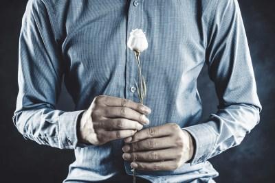一輪の薔薇を持つ一途な男