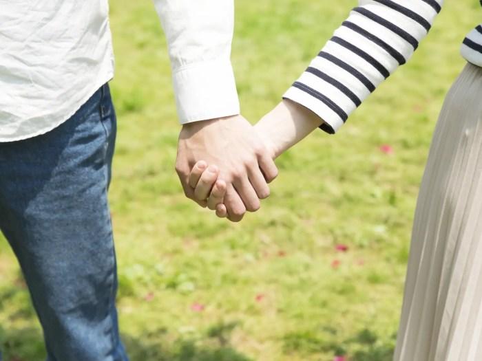 社会人デート 手を繋ぐ男女