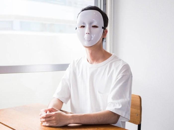 男の本音を語る仮面をつけた男性