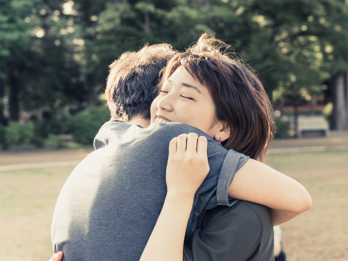 遠距離恋愛 久々の再開を果たした抱き合う男女