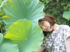 大きい葉っぱと顔がでかい女子
