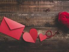 赤いハートとラブレター 木目のテーブル