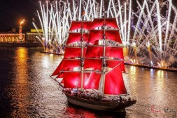 scarlet-sails-and-silver-coloured-fireworks-in-st-petersburg