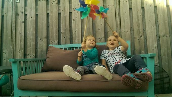 Zondagmiddag gingen we naar vrienden, de meiden kunnen toch altijd zo ontzettend lief samen spelen!!! (foto gemaakt door Floris)