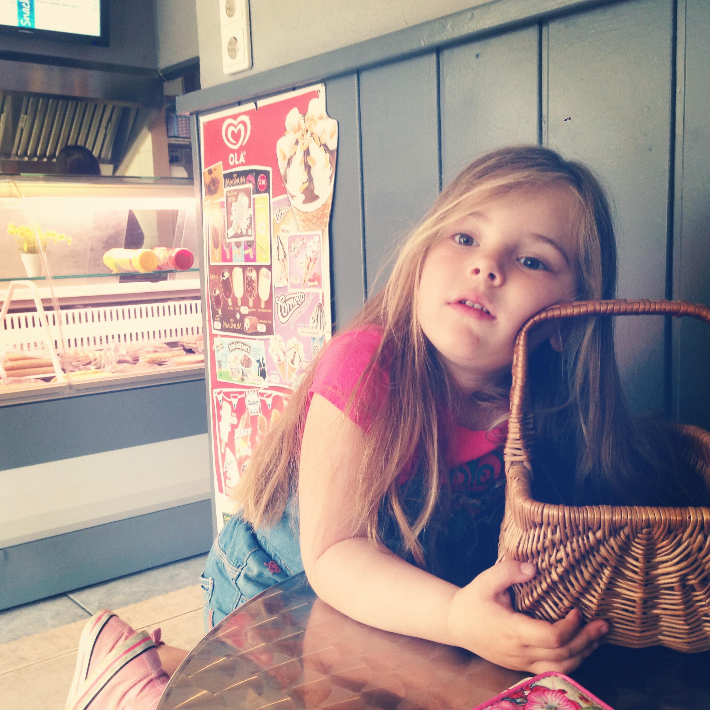 Frietjes halen, Eva moest perse haar Roodkapje-mandje meenemen. Tuttebel