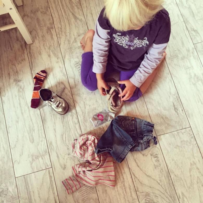 'ik ga ook kleren pakken', riep Liza. Ze kwam aan met een korte broek, een sandaal en een te kleine sportschoen. Het schatje