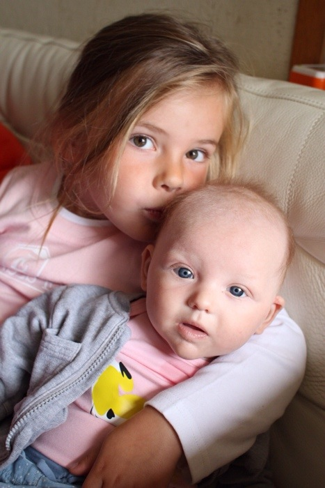 Van Bryoni kreeg Eva een mooi shirt met Prinses Eva en Liza een gave romper met de vogel uit haar geboortekaartje en haar naam. Binnenkort opent haar webwinkel Little Monkey (www.littlemonkey.nl), maar voor nu is ze te volgen op Facebook https://www.facebook.com/LittleMonkeyNL Helaas konden ze het niet meer aan naar mijn vader, wat een knoeikonten zijn die meiden toch!