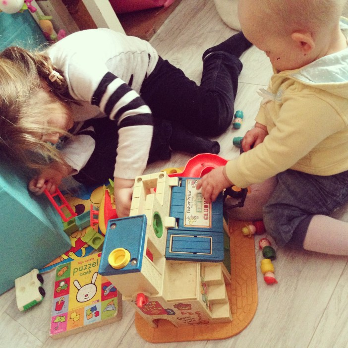Op zaterdag rommelen de kindjes wat aan. Ze spelen onder andere met mijn Fisher-price spelgoed van ruim 30 jaar geleden. Zo leuk