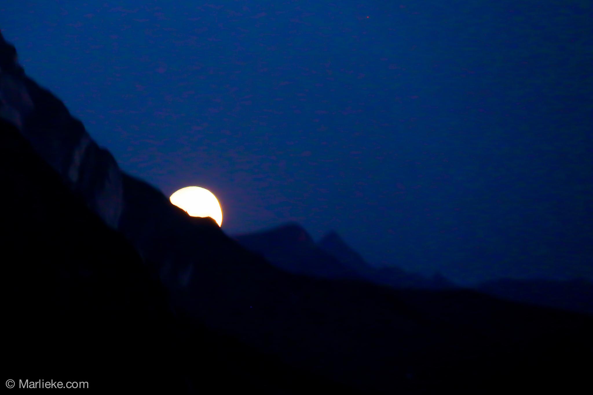 De maan scheen fel aan de hemel