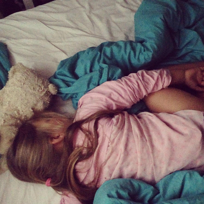 Deed ik maandagnacht zoveel moeite om Liza niet ons bed te krijgen, kwam Eva een uur later bij ons liggen. Gelukkig knijpt zij niet meer in ons neus