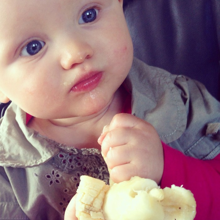 Liza was woensdag weer zo ontzettend groot. Op deze foto had ze net MIJN banaan gejat en keek ze bij Eva af hoe ze die moest opeten :)