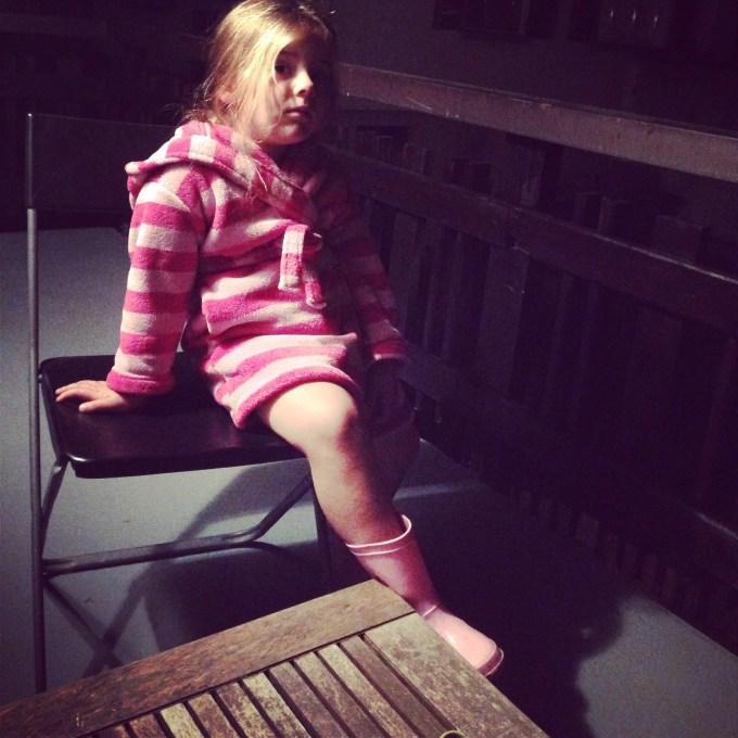 De vermoeidheid was helemaal weg, maar wat hebben we moeten lachen om deze ma flodder in onderbroek, ochtendjas en met laarzen aan!