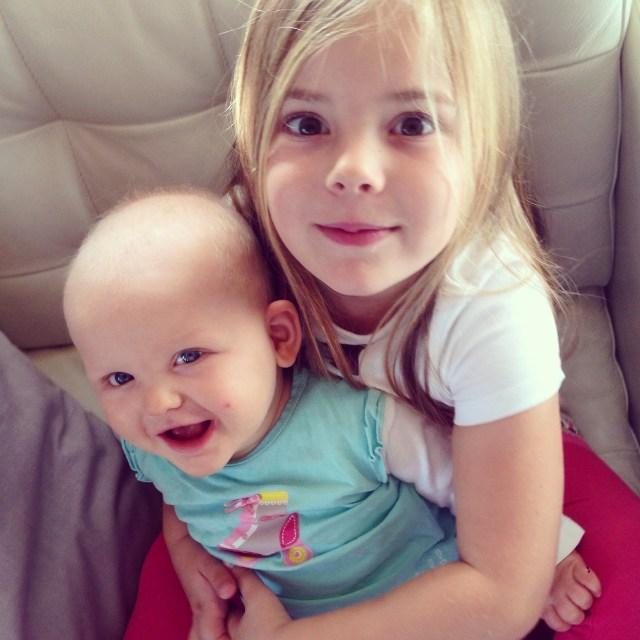 Twee vrolijke en lieve zusjes saampjes... Heerlijk!