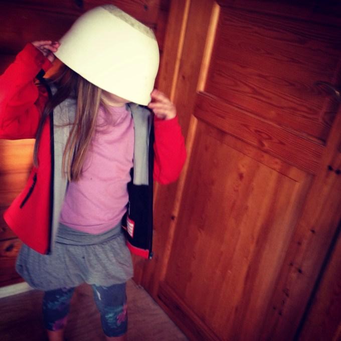 Donderdag was het tijd voor de fiets! Eva had een andere helm gevonden :) De jas heeft ze trouwens van een van onze buren gekregen. Fijn ding hoor