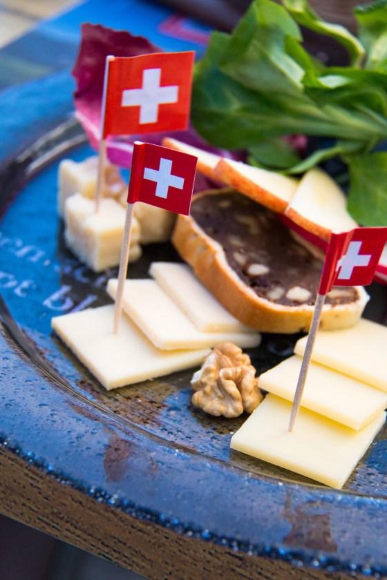 De eerste kaasmakerij vonden we niet, we zagen alleen heel veel bejaarden met van die stokken. Bij de tweede stop besloten we eerst maar eens wat kaas te proeven!!! Lekker