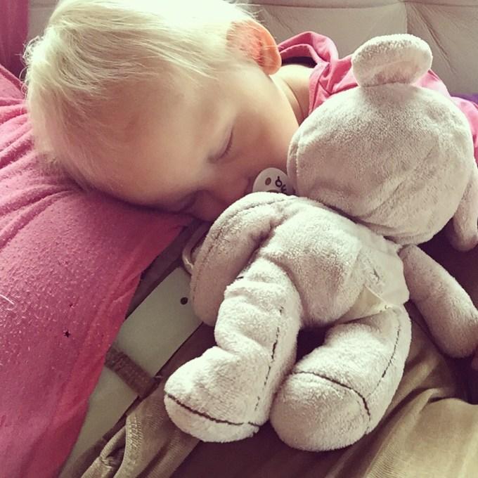 Snachts sliep ze al op mijn hoofd en 's middags was mijn buik aan de beurt.