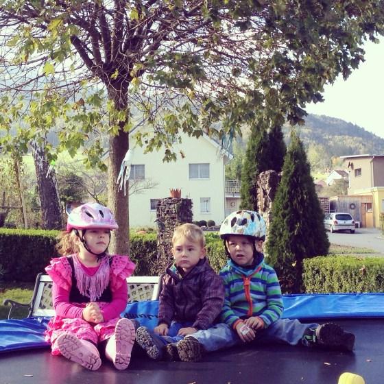 Eva speelde bij de buren met de andere buurjongens (wat kijken ze trouwens allemaal gezellig!), terwijl ik ging wandelen met Liza.