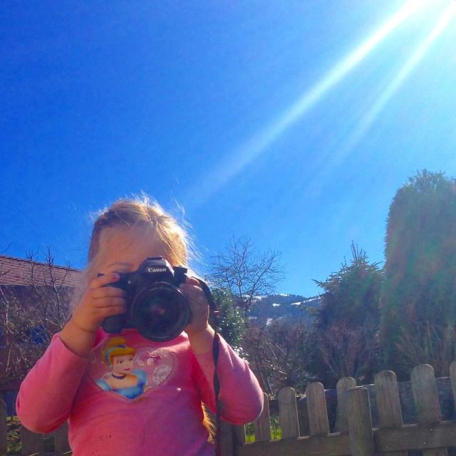 Eva ontdekt mijn camera en schiet erop los