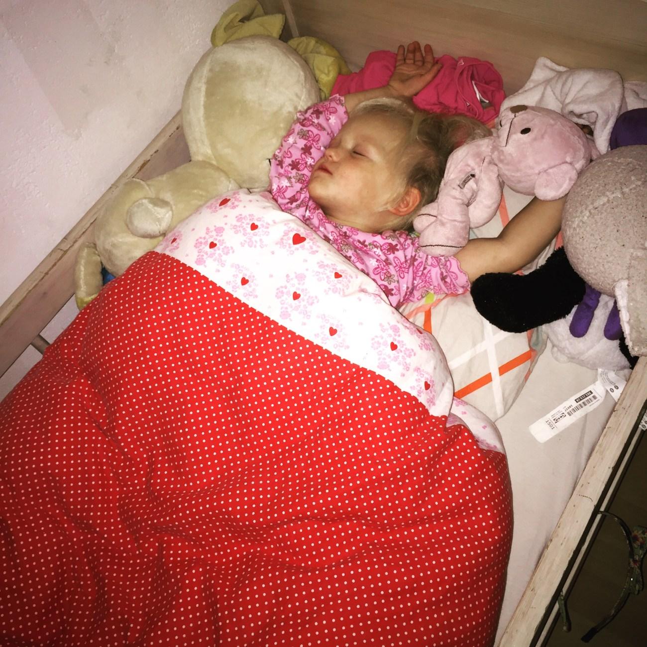 De zaterdag lijkt hier vaak een verloren dag qua foto's. Vaak slaap ik even bij van een drukke week en korte nachten. Zaterdagnacht nam ik een kijkje bij Liza. Zo schattig. Sinds een week slaapt ze de hele nacht in haar eigen bed en ik ben zo trots op haar!