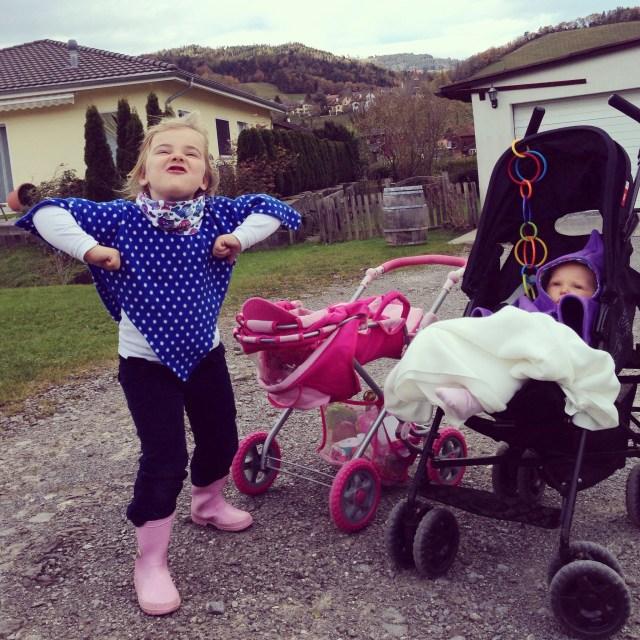 Nadat we 's ochtends 1,5 uur in de speeltuin rondgebanjerd hebben - en Liza wegwaaide met de buggy :( - gaan we 's middags met onze buggy's naar het bos!