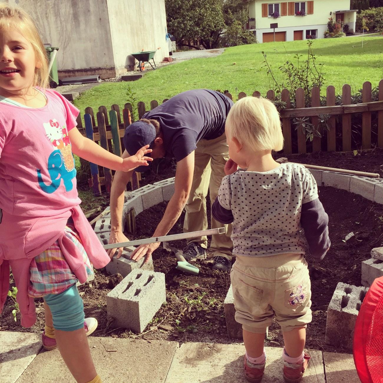 De kinderen kijken 's middags uren toen hoe Floris een 'fontein' maakt.