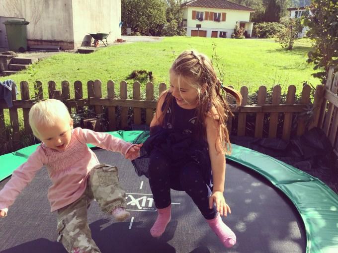 Eva krijgt alvast haar cadeau, toch geen fontein,, en zit de hele dag op de trampoline