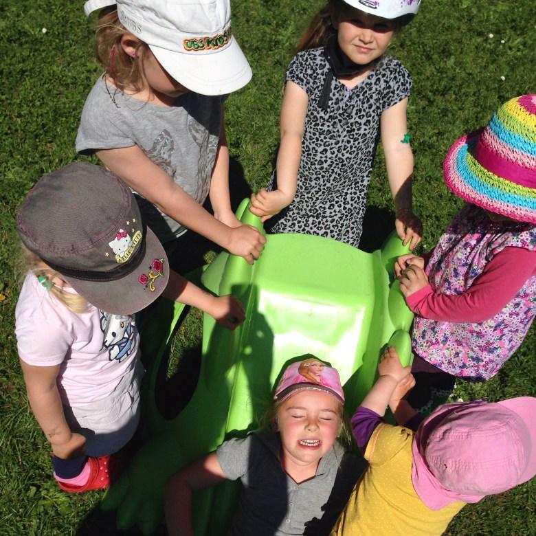 Met het mooie weer zijn de kinderen ook alleen maar buiten aan het spelen. Zo heb je zes kids in de tuin en zo blijf je alleen met Liza over.