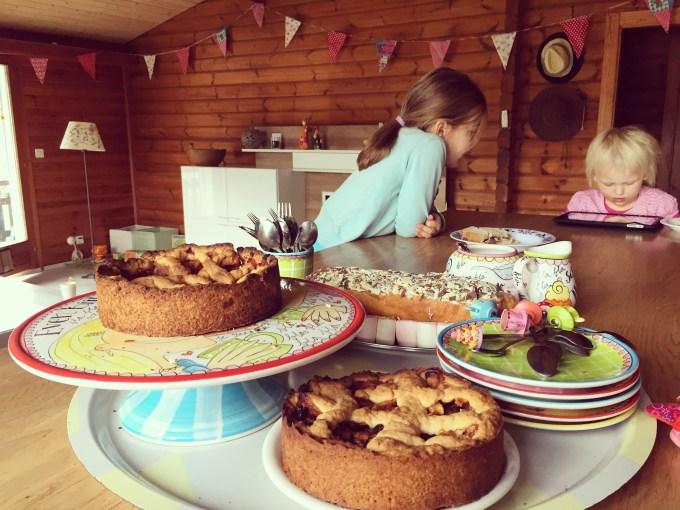 Na een ochtend poetsen, gymles tussendoor, de laatste taart bakken, zijn we er wel klaar voor! Laat het bezoek maar komen!