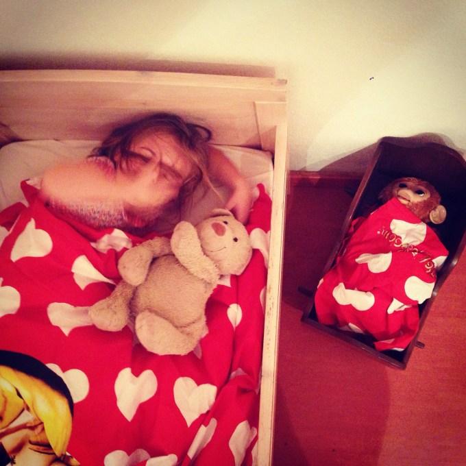 Verder ruimde ik Eva's kamer op zondag en sliepen zij en Koko onder hetzelfde dekbed