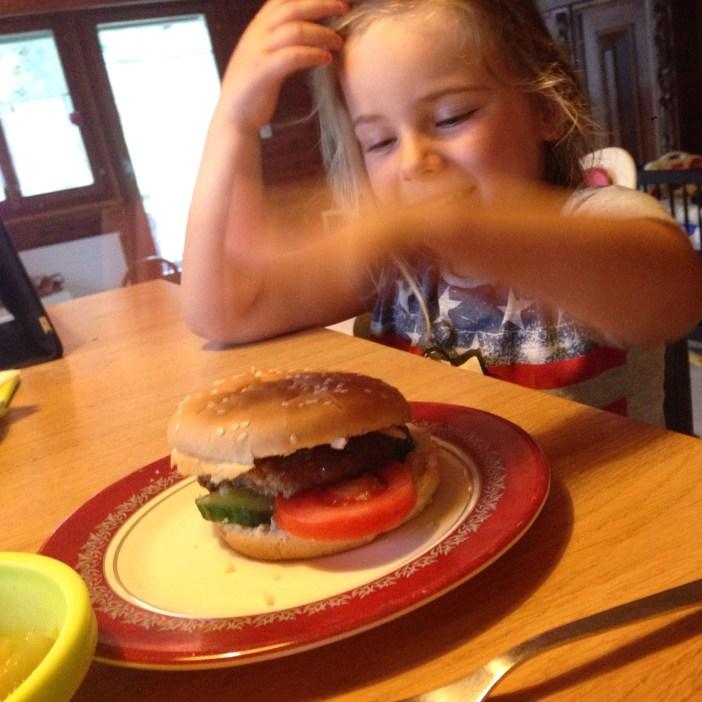 's Avonds eten we een broodje hamburger!