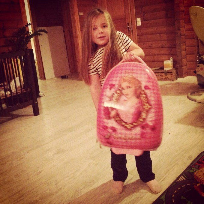 Eva had haar prinsessenkoffer gevuld met allemaal prullaria die we mee moesten nemen naar Nederland.