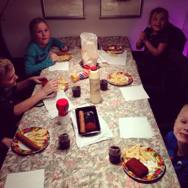 Eenmaal in Nederland aten we met alle neefjes, nichtjes en mijn broer en zussen lekker friet met frikandellen!